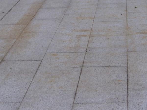 Come pulire i pavimenti da esterno con lastre di pietra naturale